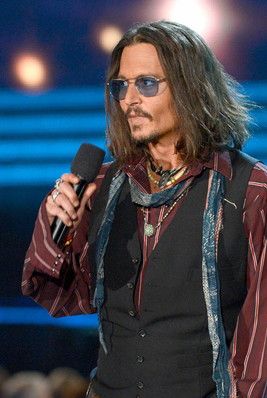 johnny-depp-grammys-2013-presenter-02